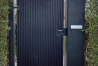 Stalen poort met aluminium belegd